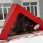 Неизестные разрушили новогоднюю фото-зону в Белове