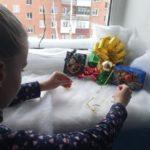 В Мысках местные жители украшают подъезды к Новому году