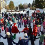 В Белове проходит уличный фестиваль «Арт-ёлка»