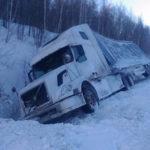 На кузбасской трассе опрокинулся грузовик с парфюмерией