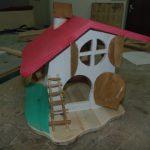 Для зимующих в Юрге птиц создали дом с мезонином и избушку на курьих ножках