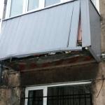 Грузовики постоянно сносят один и тот же балкон в Новокузнецке