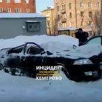 В Кемерове от упавшего снега пострадали женщина и четыре автомобиля