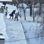 В Новокузнецке воспитатели детсада чистили крышу без страховки
