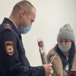Полицейские Анжеро-Судженска сменили оружие на цветы