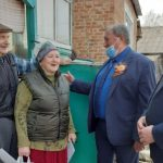 В Кузбассе ветеранам вручают продуктовые наборы