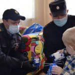 Барнаульский полицейский спас ребёнка от падения из окна