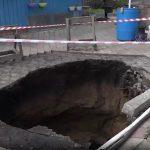 В Кемерове во дворе дома образовался пятиметровый провал, есть пострадавшие