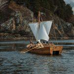 К Новокузнецку приближается невероятное доисторическое судно