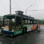 В Кемерове прямо на остановке сгорел троллейбус
