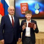 Губернатор Кузбасса и главы территорий региона вручают школьникам паспорта