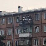 Прокуратура заставила убрать опасный оползень из мусора с балкона кемеровской хрущёвки