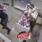 В Новокузнецке грабителя секс-шопа прогнали с помощью фаллоимитатора