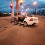 Иномарка в Кемерове протаранила фонарный столб, водитель остался жив