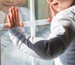 Двухлетняя девочка выпала с 4 этажа в Кузбассе