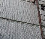 В Кемерове детский сапожок провисел на фасаде школы два года