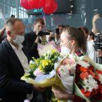 В кемеровском аэропорту торжественно встретили серебряную призерку Олимпиады в Токио Анастасию Ильянкову