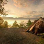 На берегу озера в Кузбассе построили первый глемпинг-лагерь