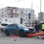 «Утро начинается не с кофе»: в Кемерове водитель снёс светофор на перекрёстке