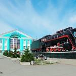 Памятник-паровоз перед железнодорожным вокзалом