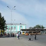 Остановка транспорта возле железнодорожного вокзала