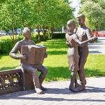 """Скульптурная композиция """"В 6 часов вечера после войны"""" возле драмтеатра"""