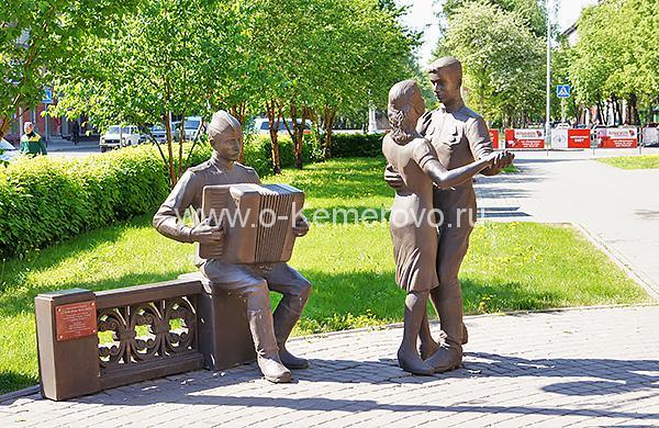 """Скульптура """"В 6 часов вечера после войны"""""""