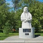 """Скульптура """"Руки матери"""" у входа в парк Кузбасский"""