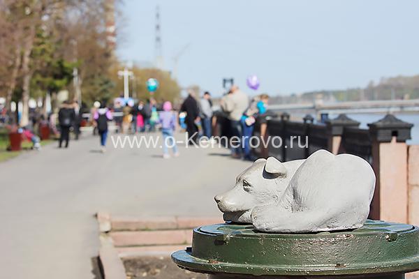 Памятник бездомной собаке в Кемерово