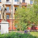 Памятник простому рабочему в одном из старых дворов