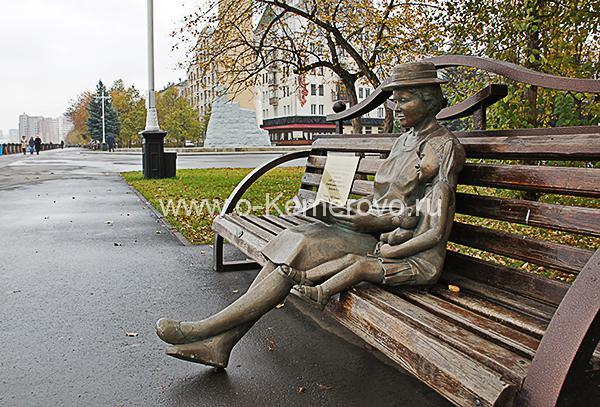 """Скульптурная композиция """"Драгоценная бабушка"""" на Притомской набережной в городе Кемерово"""