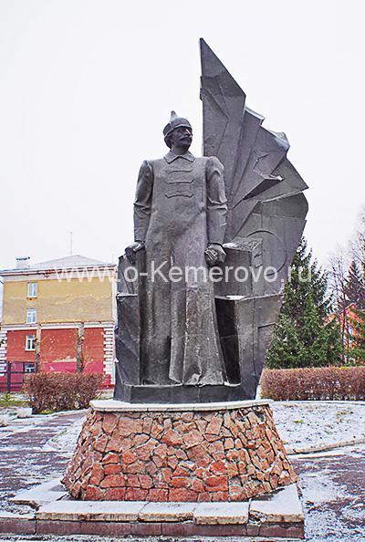 Памятник С.Орджоникидзе возле гимназии №1