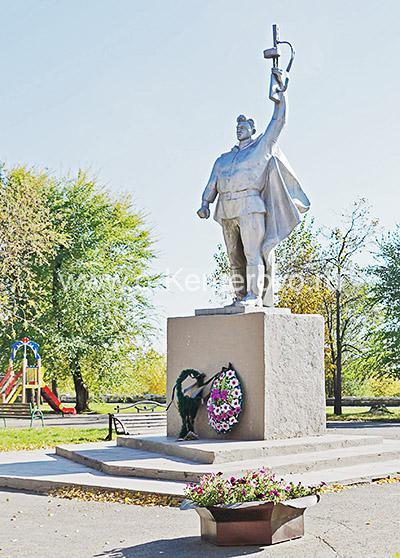 Монумент воину-победителю на набережной в Кировском районе
