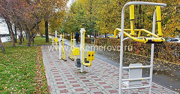 Спортивные тренажеры на Притомской набережной в Кемерово