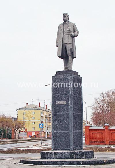 Памятник Кирову на площади Кирова в Кемерово