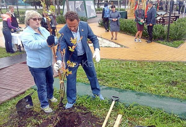 Федяев Павел Михайлович сажает дерево