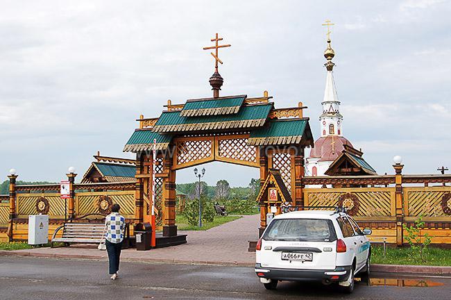 Вход в мемориал Памяти жертв Сиблага, г. Мариинск Кемеровской области