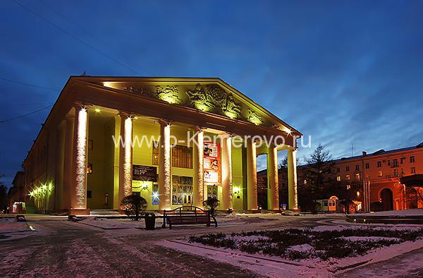 Кемеровский областной театр драмы ночью